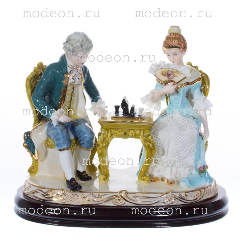 Фарфоровая декоративная фигурка Игра в шахматы