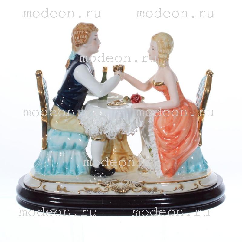 Фарфоровая декоративная фигурка Дама и кавалер