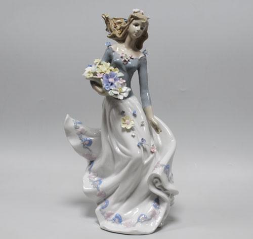 Статуэтка Девушка с цветами.