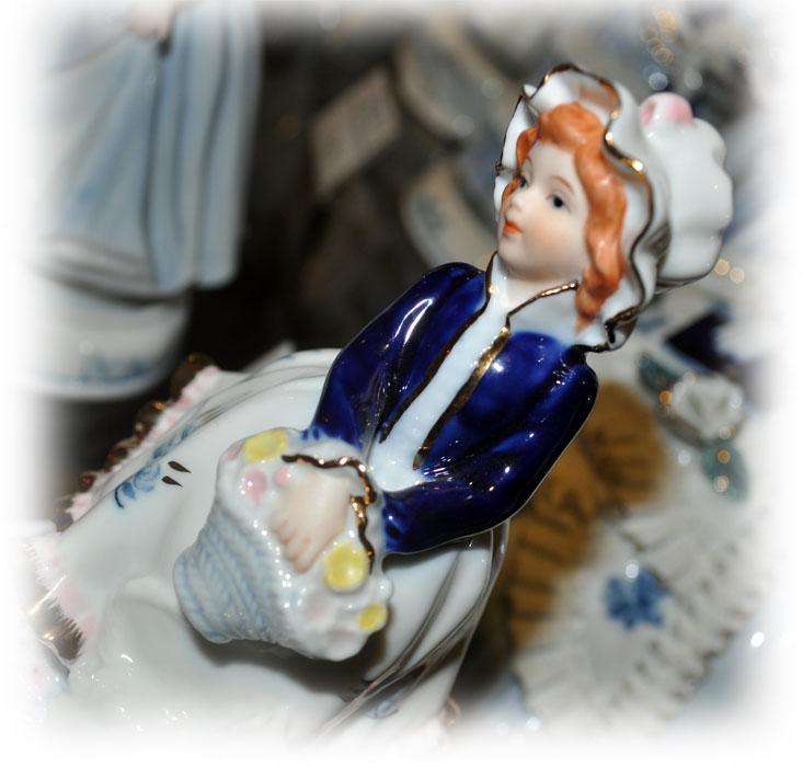 Музыкальная статуэтка Девушка с корзиной цветов и котенком