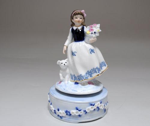 Музыкальная статуэтка Девушка с вазой цветов и щенком