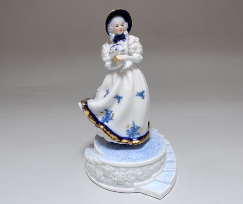 Статуэтка музыкальная Девушка с букетом
