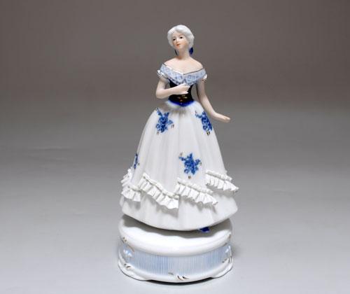 Статуэтка музыкальная Девушка в платье с рюшью